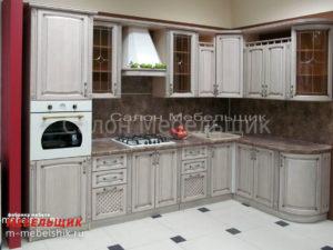 Кухонный гарнитур с гнутыми фасадами из массива дуба